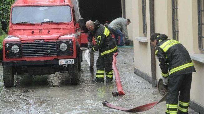 A Tortona una villetta si allaga e un campo si incendia, intervengono i pompieri