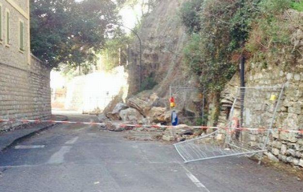 Frana la montagna sulla strada (Via Torino) che porta all'incompiuta di Diano Marina che è bloccata