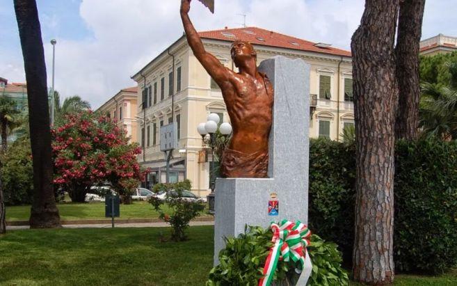 A Diano Marina davanti al monumento sulla passeggiata a mare si ricordano i caduti alle missioni di pace