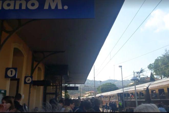 Le immagini dell'ultimo treno che passa dalla stazione di Diano Marina