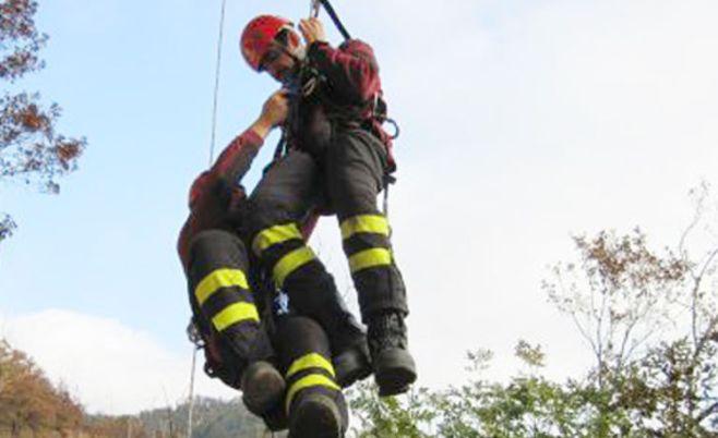 I Vigili del fuoco salvano un cane caduto nel greto dello Scrivia a Castelnuovo