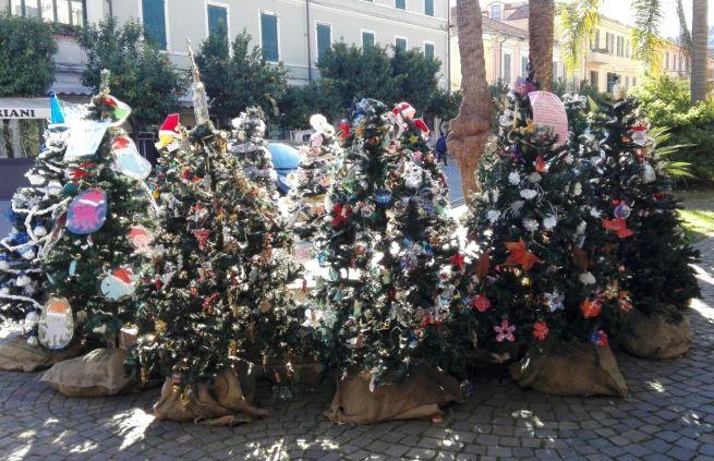 A Diano Marina è possibile votare l'albero di Natale più bello della città