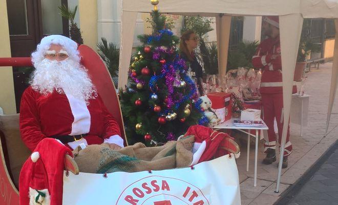 A Diano Marina Babbo Natale ha distribuito il calendario per la nuova ambulanza, ora disponibile presso la sede della Croce Rossa