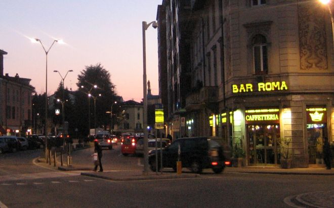 A Tortona brucia l'insegna del bar Roma, intervengono i pompieri