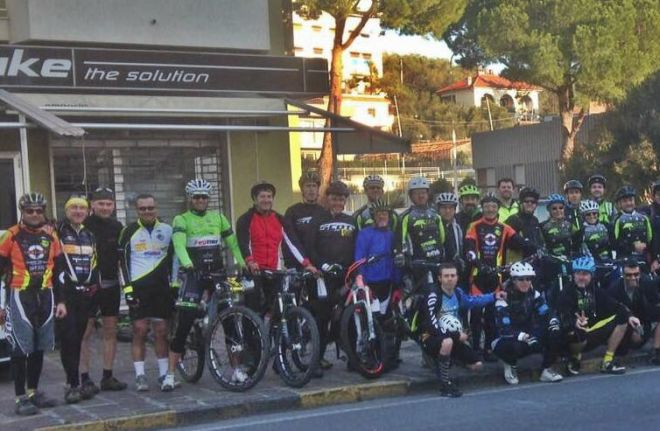"""Tanta gente e molti ragazzi domenica in bicicletta nel Golfo Dianese per il """"Giro di Natale in mountain bike"""". Le immagini"""