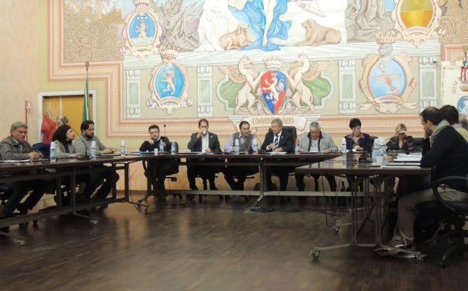 Il Consiglio comunale di Diano Marina approva spese per 95 mila euro in più, fra cui canile, assistenza e mensa per anziani