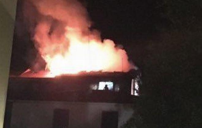 San Bartolomeo, le immagini dell'uomo alla finestra in mezzo alle fiamme e i soccorsi dei pompieri