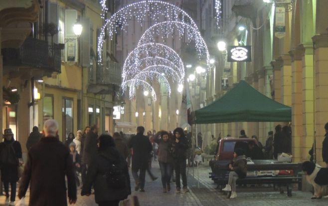 """Tortona si sta """"scaldando"""" per Natale, diversa gente in centro ha applaudito l'animazione del Comune"""