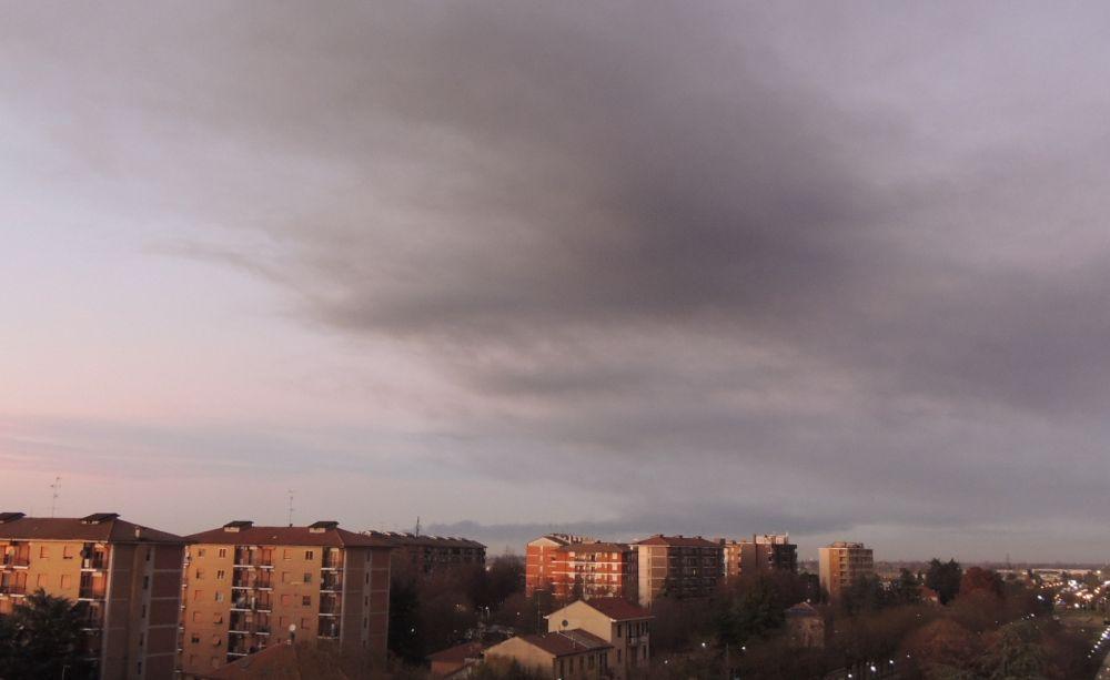 """Nube su Tortona per il maxi incendio alla raffineria di Sannazzaro. I pompieri: """"Per precauzione chiudete le finestre e non uscite di casa"""""""