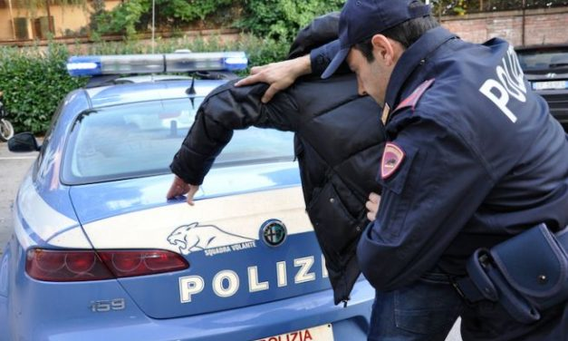 Pur ferito un poliziotto fuori servizio blocca un rapinatore armato di taglierino a Casale Monferrato