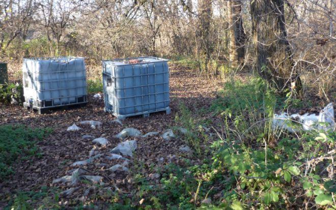 Incivili abbandonano cisterne nel Parco dello Scrivia di Tortona
