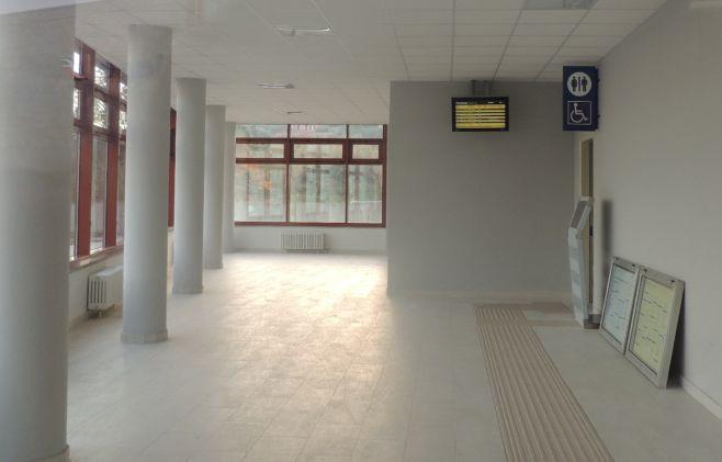 Alla nuova stazione di Diano niente bagni, biglietteria, bar, sala d'aspetto. Niente di niente. Ecco le immagini