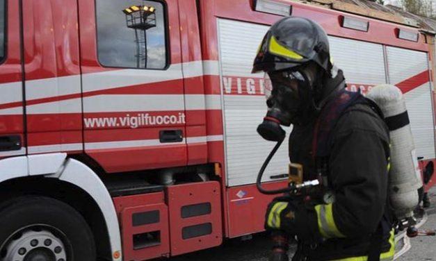 Incendio in una cascina alla periferia di Tortona i pompieri salvano 20 cani