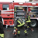 Bruciano sterpaglie e bancali in via Gandolfi ad Alessandria, le fiamme raggiungono la linea ferroviaria