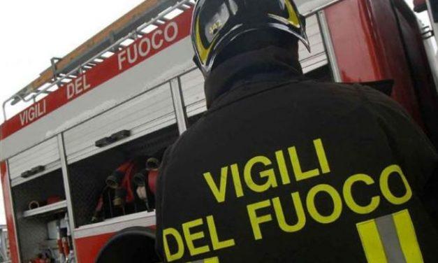 Brucia il tetto di una casa a Diano San Pietro per il cattivo funzionamento di una canna fumaria