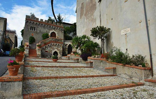 Domenica a Diano Castello si gioca a Pallapugno e si fa il pesto in piazza
