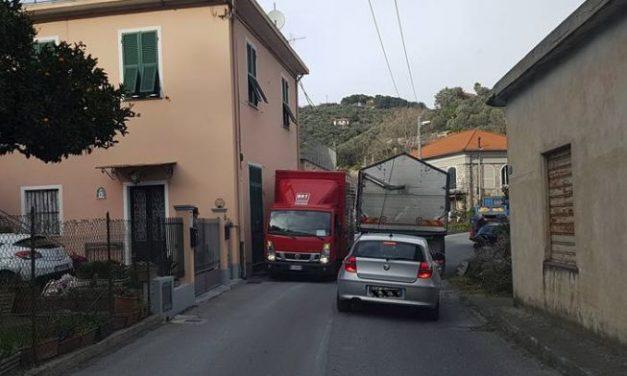 Traffico in tilt per 15 minuti a Diano San Pietro per due camion bloccati dalla strada troppo stretta