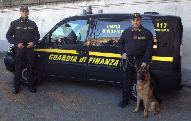 Viaggiavano in autobus a Ventimiglia con più di 300 ovuli di cocaina,presi dalla Finanza