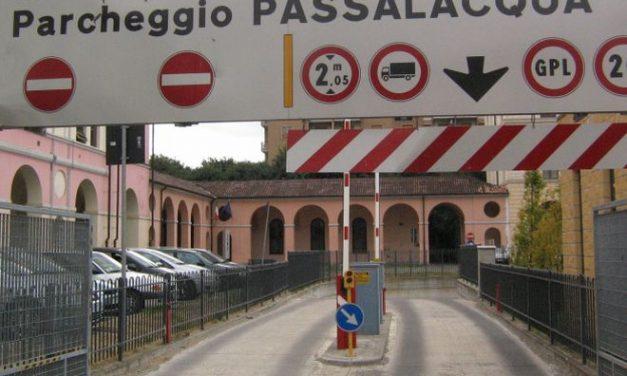 Il Comune di Tortona revoca il contratto col privato che gestisce il parcheggio alla ex Passalacqua e altri servizi