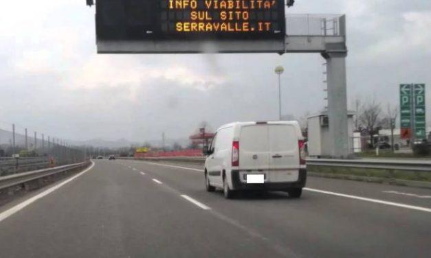 Macello sull'Autostrada a Tortona per una gomma che di stacca da un camion e finisce su una ventina di auto in corsa