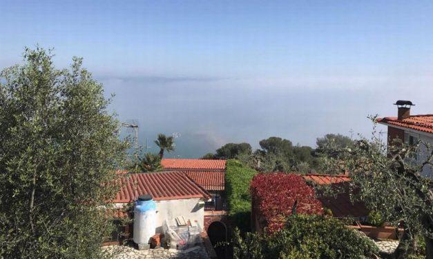 Oggi pomeriggio a Diano Marina è passata la Macaia, la nebbia sul mare, fenomeno raro segnalato da un dianese