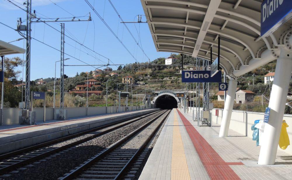 Una donna finisce sotto il treno alla stazione di Diano: tentato suicidio o incidente? Ritorna il problema della sicurezza
