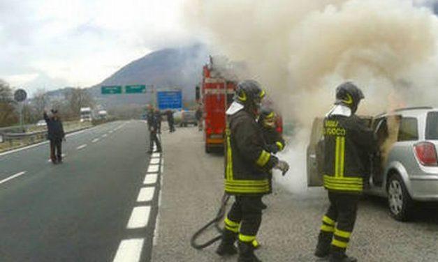 Camion a  fuoco sull'autostrada nei pressi di Alessandria