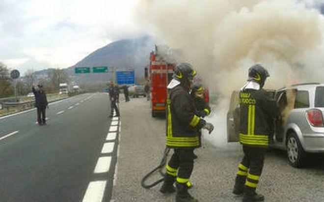 A Tortona BMW nuova di pacca distrutta da un incendio. Fiamme anche  anche in discarica