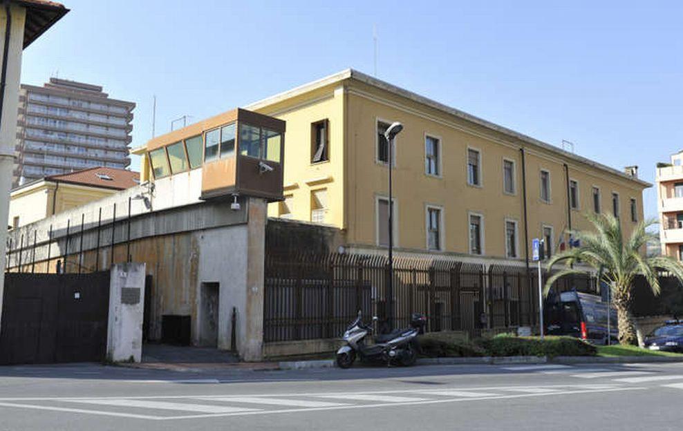 Caos nel carcere di Imperia, feriti 4 poliziotti penitenziari