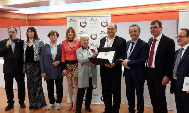 """Il prestigioso premio Cangrande Vinitaly all'azienda Davide Beccaria di Ozzano monferrato. """"Un premio che premia la viticoltura familiare"""""""