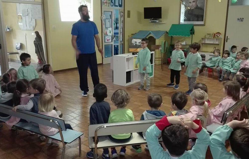 """Una lezione di educazione cinofila all'asilo """"Sacro Cuore"""" di Tortona"""