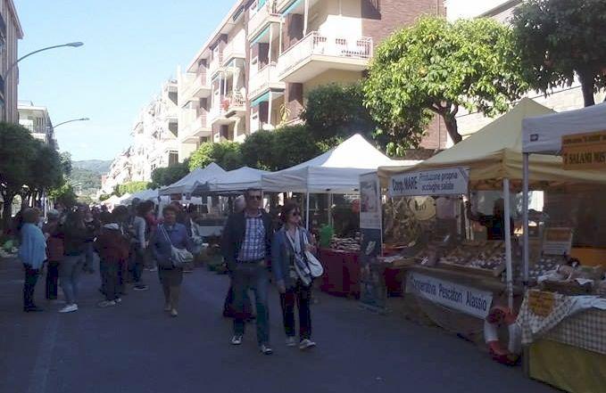 """I commercianti di Viale Kennedy a Diano Marina con """"Pasquetta in bancarella"""" hanno fatto centro ancora una volta"""
