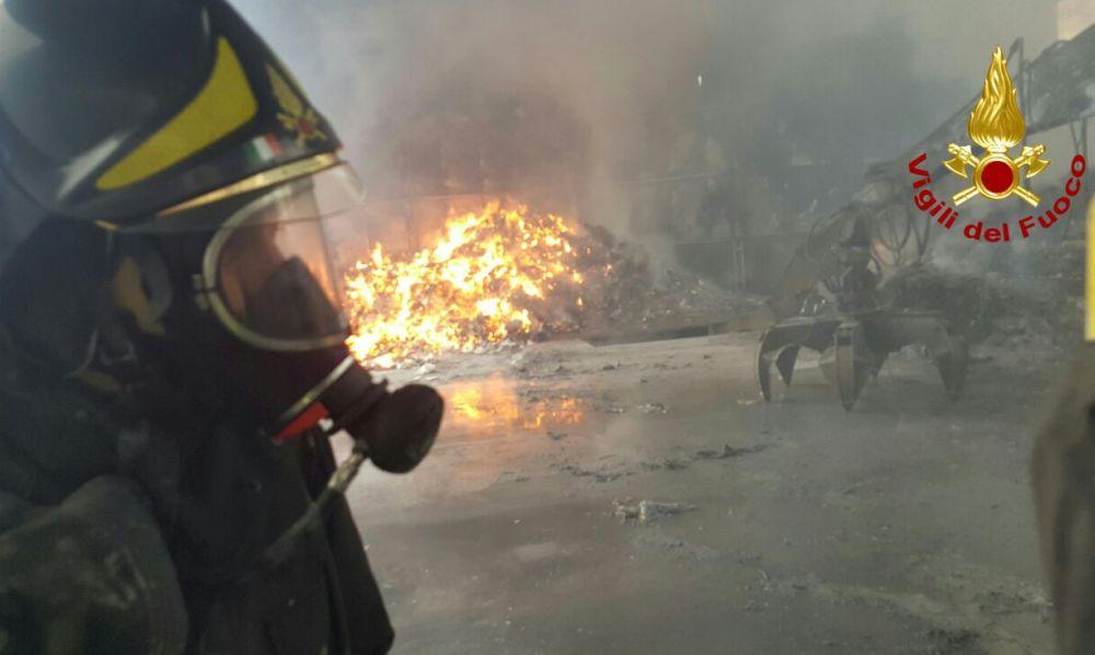 Incendio alla discarica di Alessandria, brucia plastica per tutta la notte. L'arpa sul posto