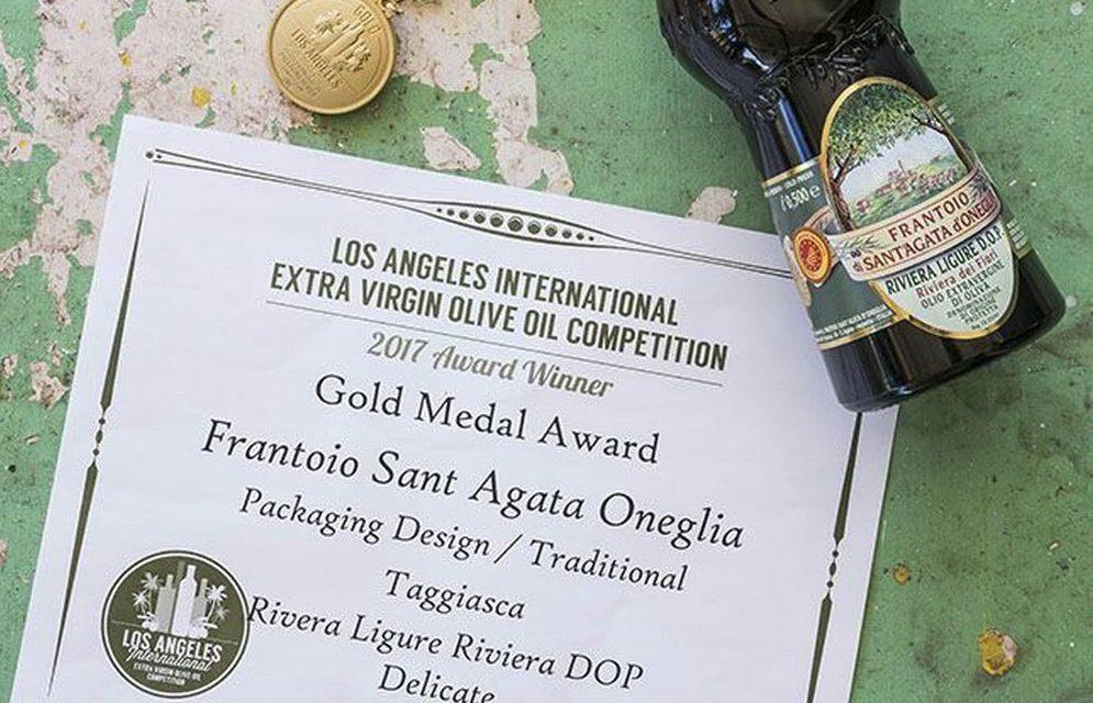 Successo a a Los Angeles del Frantoio di Sant'Agata di Oneglia in evidenza  la bottiglia di olio DOP Riviera Ligure