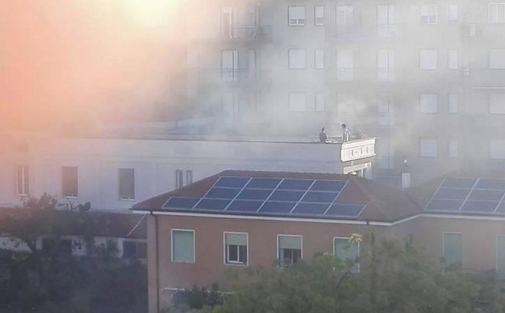 Incendio all'Hotel delle Rose di San Bartolomeo, tanti attestati di solidarietà dagli abitanti/Le immagini di Simona Manuele
