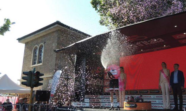 Le immagini particolari e curiose del Giro d'Italia a Tortona, fra corridori, belle donne e….