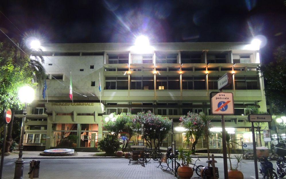 Per garantire l'illuminazione pubblica il Comune di Diano Marina affitta una piattaforma a ore