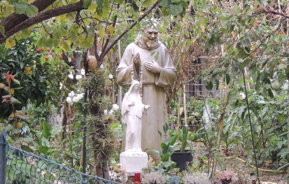 Angoli nascosti di Diano Marina: il giardino con la statua di Padre Pio ad altezza naturale