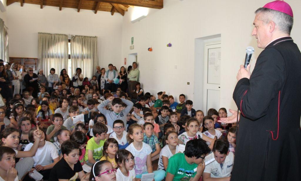 Visita Pastorale del Vescovo di Tortona Vittorio Viola ai malati, incontro con i bambini e catechisti./Le immagini