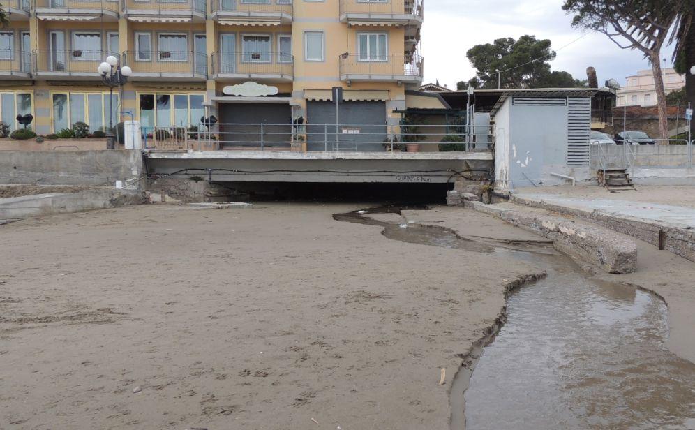 Vietata anche quest'anno, a Diano Marina, la balneazione nel lembo di spiaggia davanti al torrente Mortula