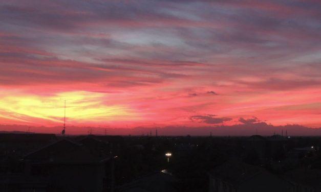 Tortona, mercoledì 24 maggio ore 21,20: tramonto rosso fuoco sulla città. Non si vedeva così da anni