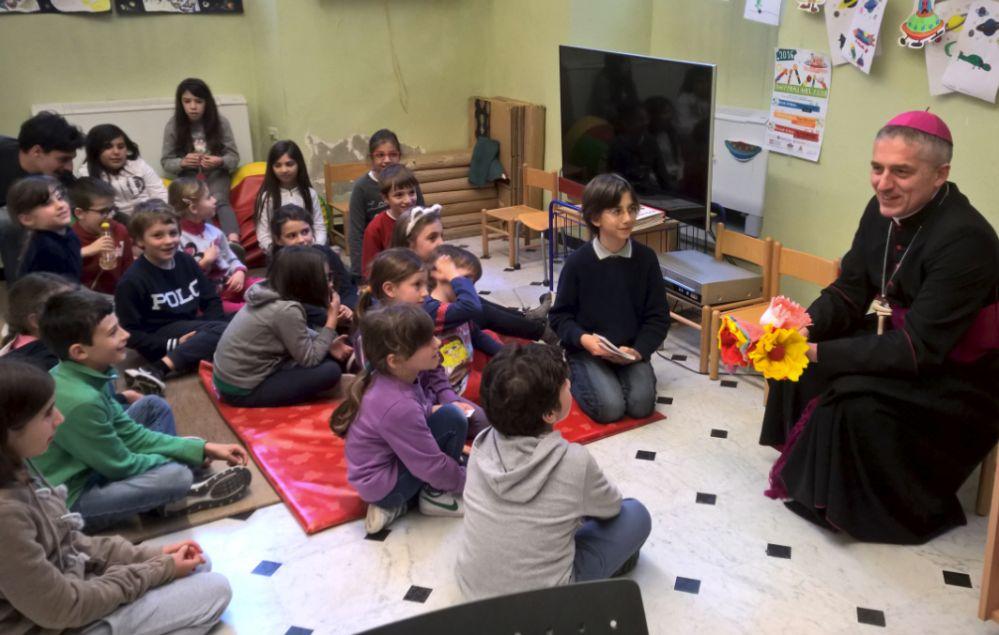 Il Vescovo di Tortona Vittorio Viola in Visita Pastorale negli edifici comunali e in biblioteca coi bambini. Nessun vescovo l'aveva mai fatto prima