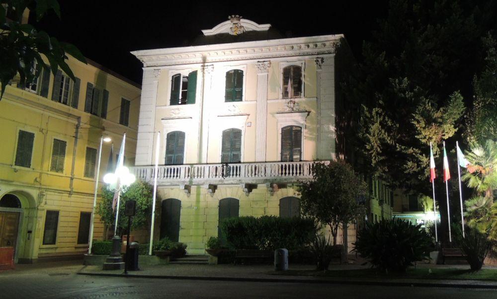 Piove dentro palazzo Maglione a Diano Marina, il Comune corre ai ripari