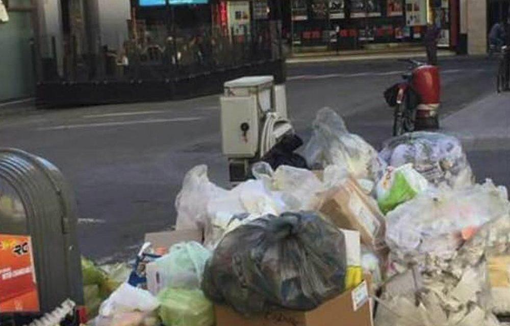 Cumuli di spazzatura sulla strada davanti al teatro Ariston: questa è Sanremo