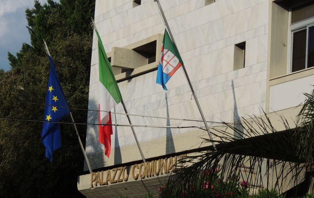 Il Comune di Diano marina sostituisce le bandiere davanti al municipio e all'esterno degli istituti scolastici