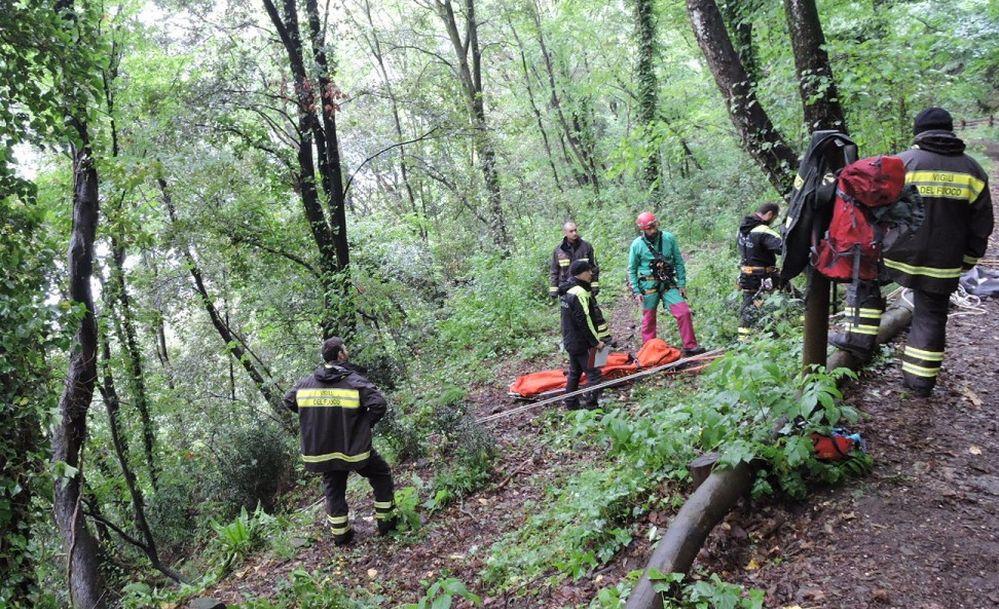 Un uomo si perde nei boschi a  Gavi, ritrovato dai Vigili del Fuoco