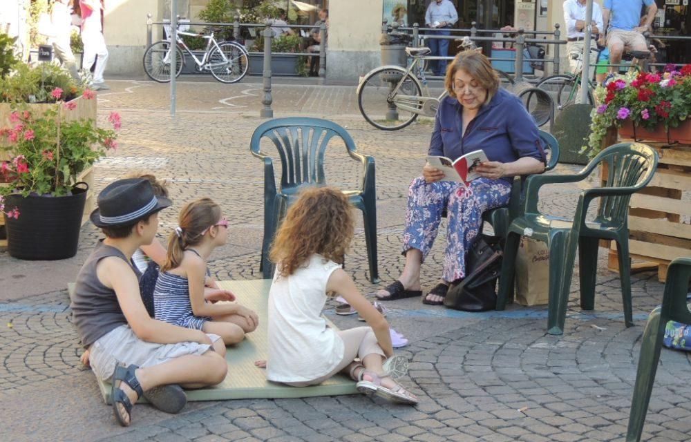 Fiabe raccontate ai bambini, giovani che suonavano al pianoforte o recitavano: questa Tortona piace./Le immagini