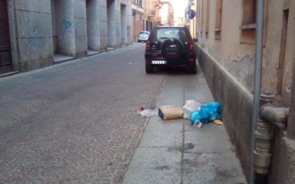 """I """"maiali"""" di Alessandria che lasciano rifiuti puzzolenti in giro per la città"""