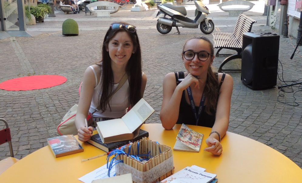 """Tortona ha lanciato il """"Bookcrossing"""" libri gratis da prendere, leggere e lasciare in giro per la città"""