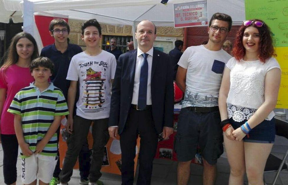 L'Istituto Ruffini propone un reading poetico alla Fiera del Libro di Imperia e il sindaco Capacci visita lo stand